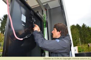 15.04.16 Les modules photovoltaïques sont testés juste avant le montage afin de vérifier leur puissance. Des modules sans défauts garantissent un fonctionnement sans problèmes durant plus de 25 ans. Un certificat est remis pour chaque module.