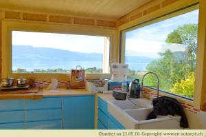 21.05.2016 La cuisine se monte petit à petit. Grâce à cela, la préparation du repas pour les volontaires du chantier participatif peut se faire sur place!