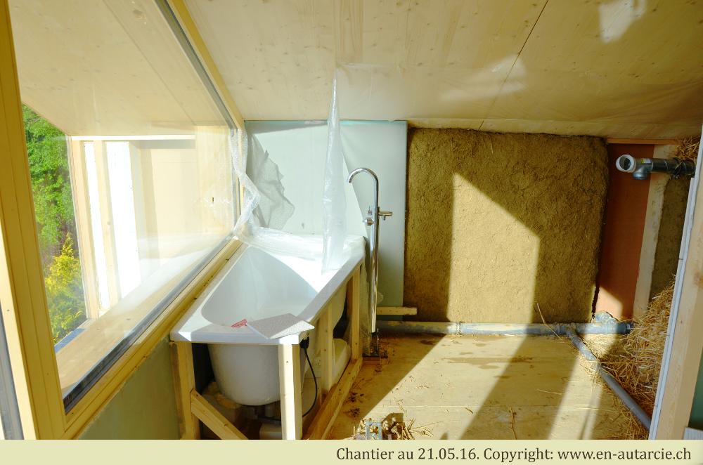 21.05.2016 La première partie de la couche de corps (argile, sable et paille) sèche dans la salle de bain (à droite de la baignoire).