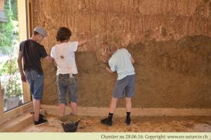 28.06.16 - 40 élèves de 9ème année viennent découvrir les crépis en terre (photo prise juste avant que la bataille de boue ne commence...)