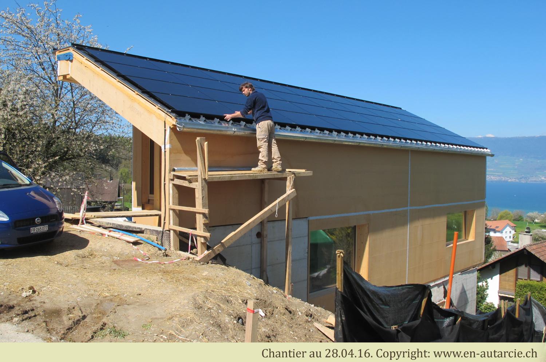 28.04.16 Installation solaire terminée, plus que les ferblanteries à poser. Entretemps, la gouttière est raccordée à la citerne d'eau de pluie.