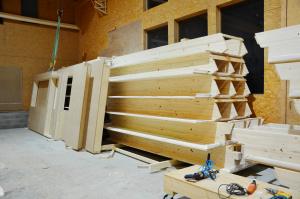 Murs et charpente fabriqués en atelier en attente de livraison