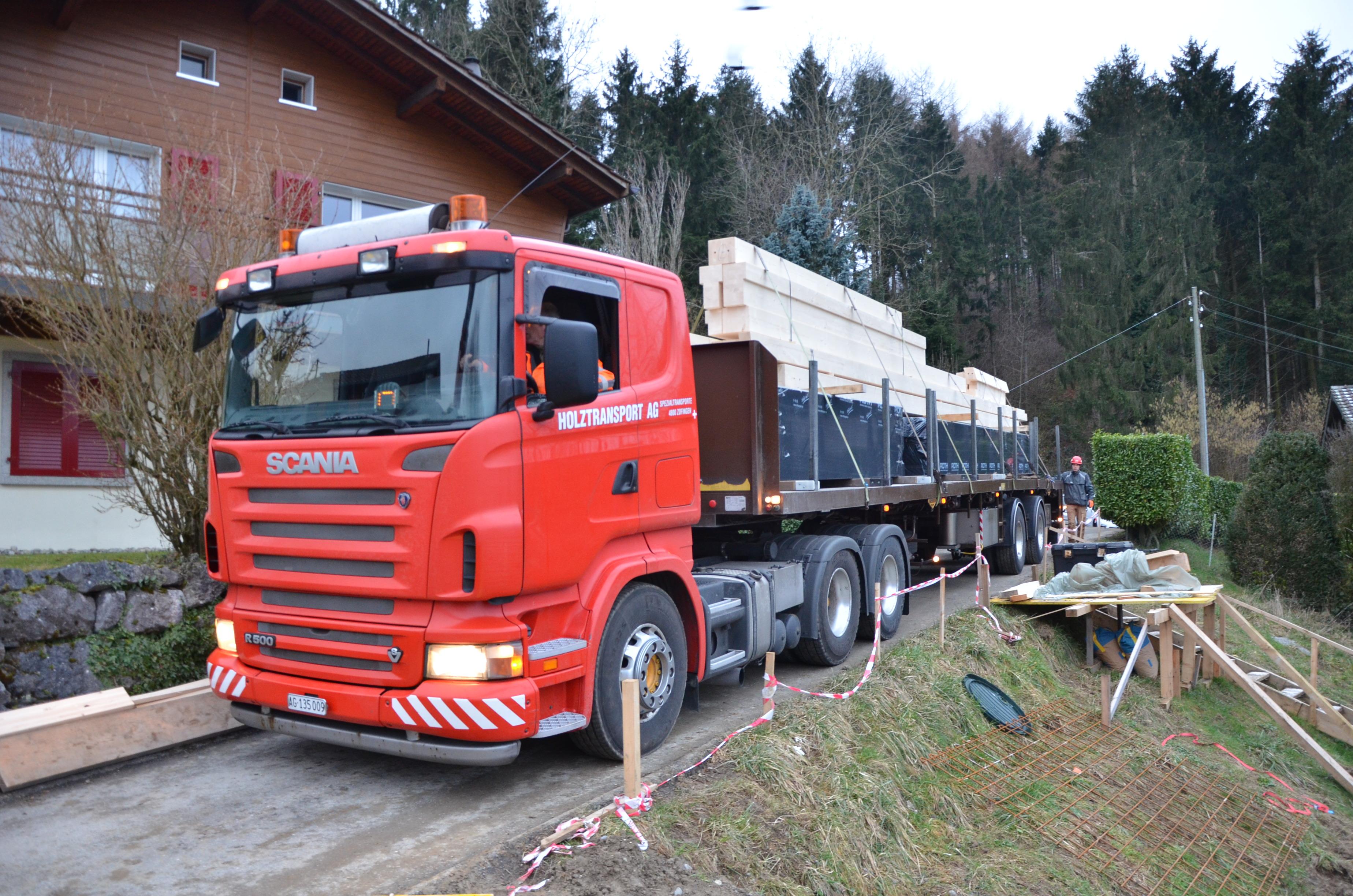 16.02.16 Ce camion livre tous les poteaux et la panne faîtière du 1er étage.