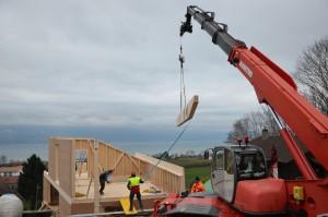 La panne faîtière pèse 1,8 tonnes. Peut-être la plus belle opération du montage de la maison.