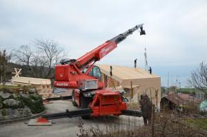 Pose des derniers éléments de toiture. La maison est prêt pour recevoir la paille.