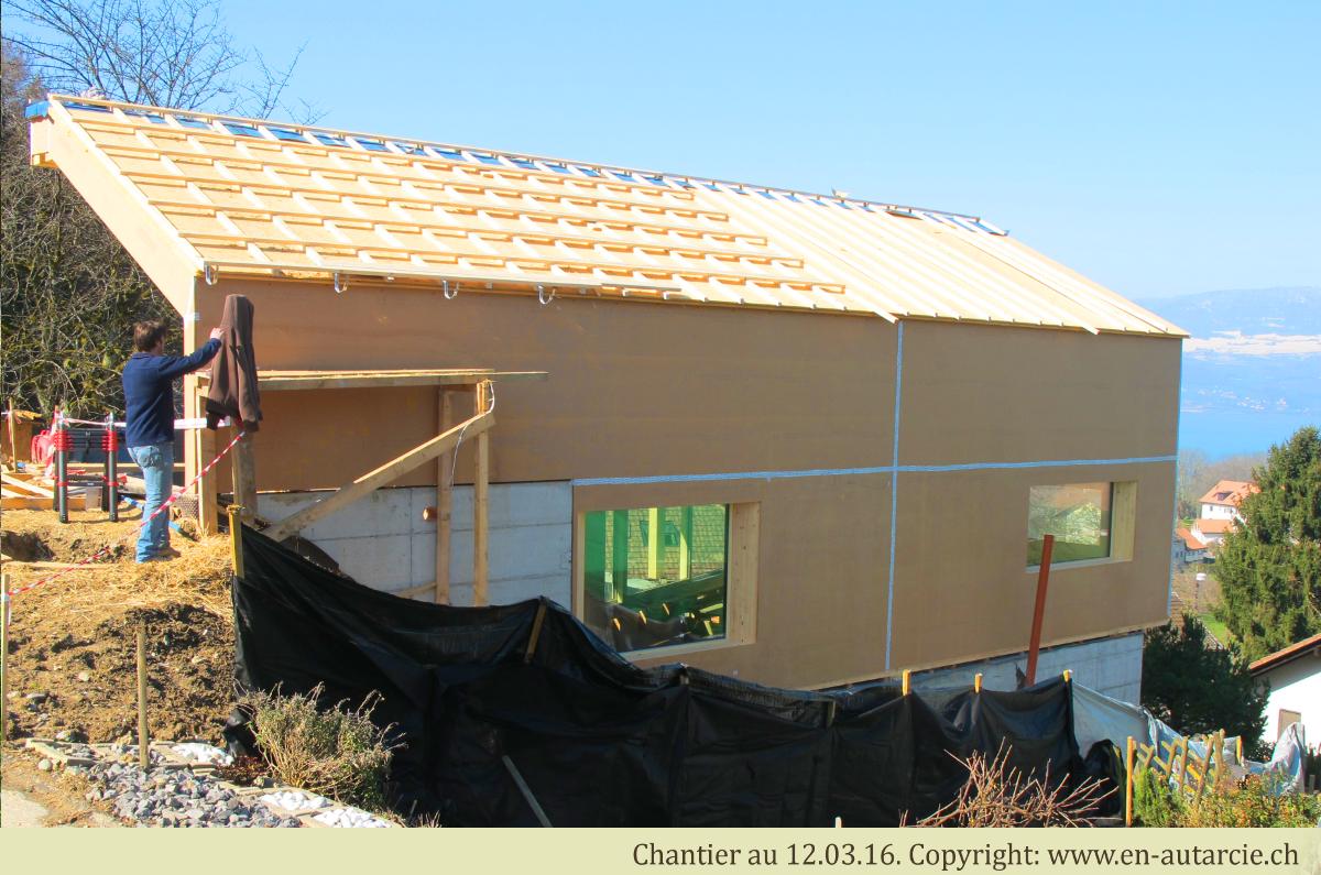 12.03.16 - Pose des lattes et contre-lattes afin de faire circuler l'air sous la toiture solaire.