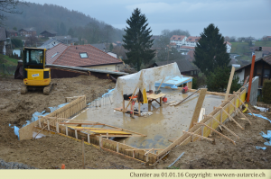 La construction des murets autour des radiers permettra d'isoler les fondations, puis d'insérer de la masse thermique à l'intérieur de la maison.