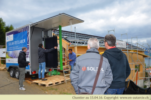 15.04.16 Le centre de compétence en énergie solaire (SPF) de Rapperswil vient tester les modules photovoltaïques avant de les monter.  Les ingénieurs de Soleol (l'installateur) suivent le processus.