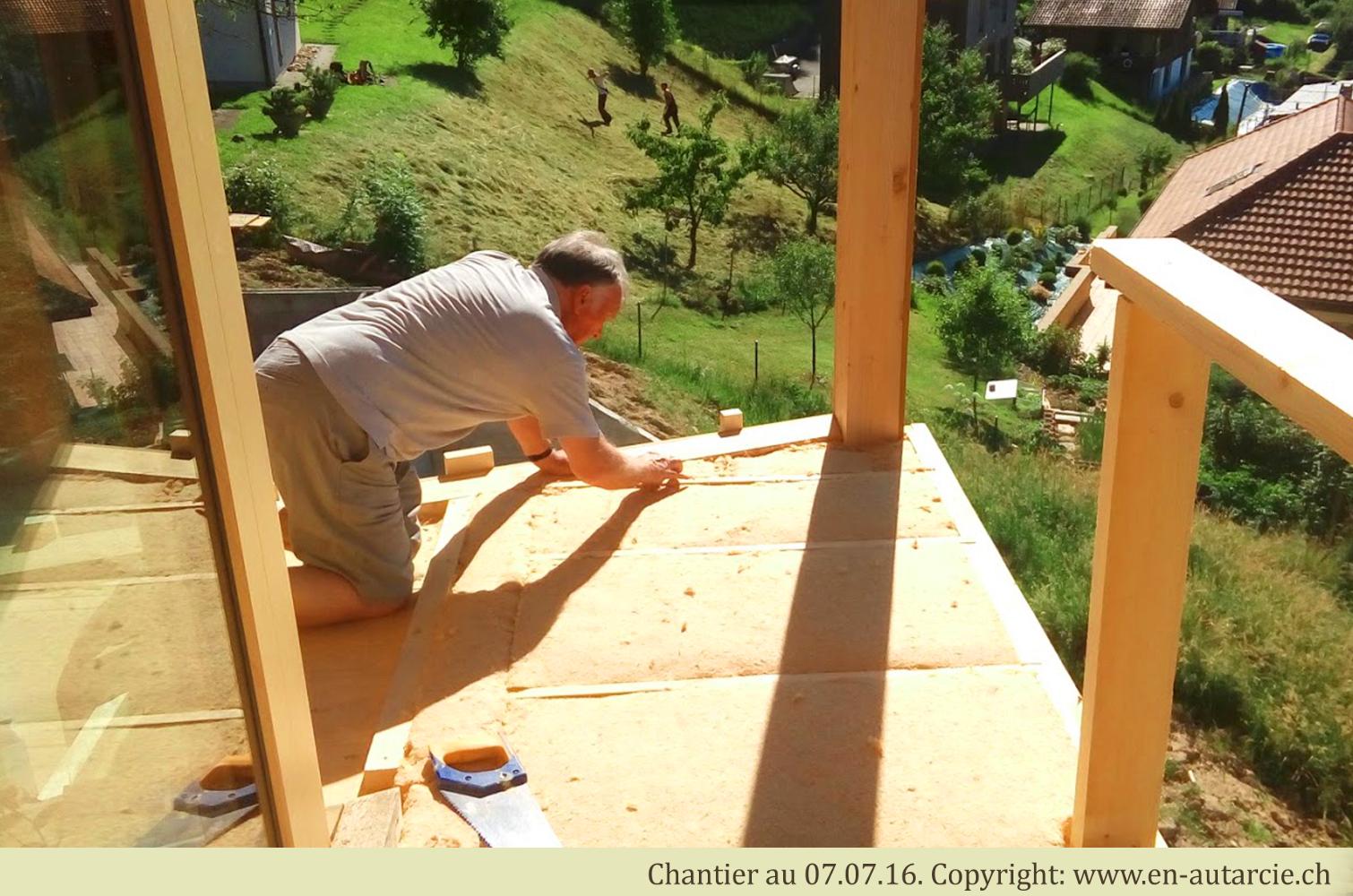 07.07.16 Isolation des balcons avant la pose de l'étanchéité. La laine de bois se prête bien à cela. Ce matériau naturel peut être travaillé sans protections car il n'est pas nocif.