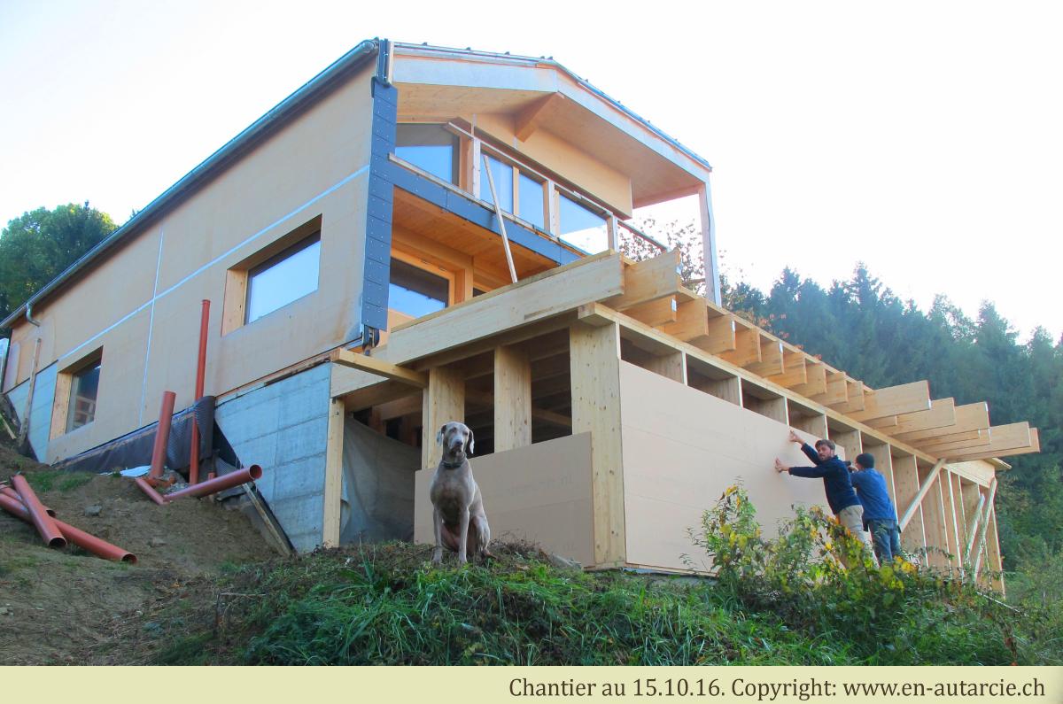 15.10.16 Le dernier étage prend forme et protégera les fondations de la pluie durant la saison humide.