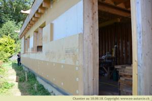 18.08.18 Chantier participatif, ajout de 10cm d'isolant laine de bois par dessus la structure en bois-paille