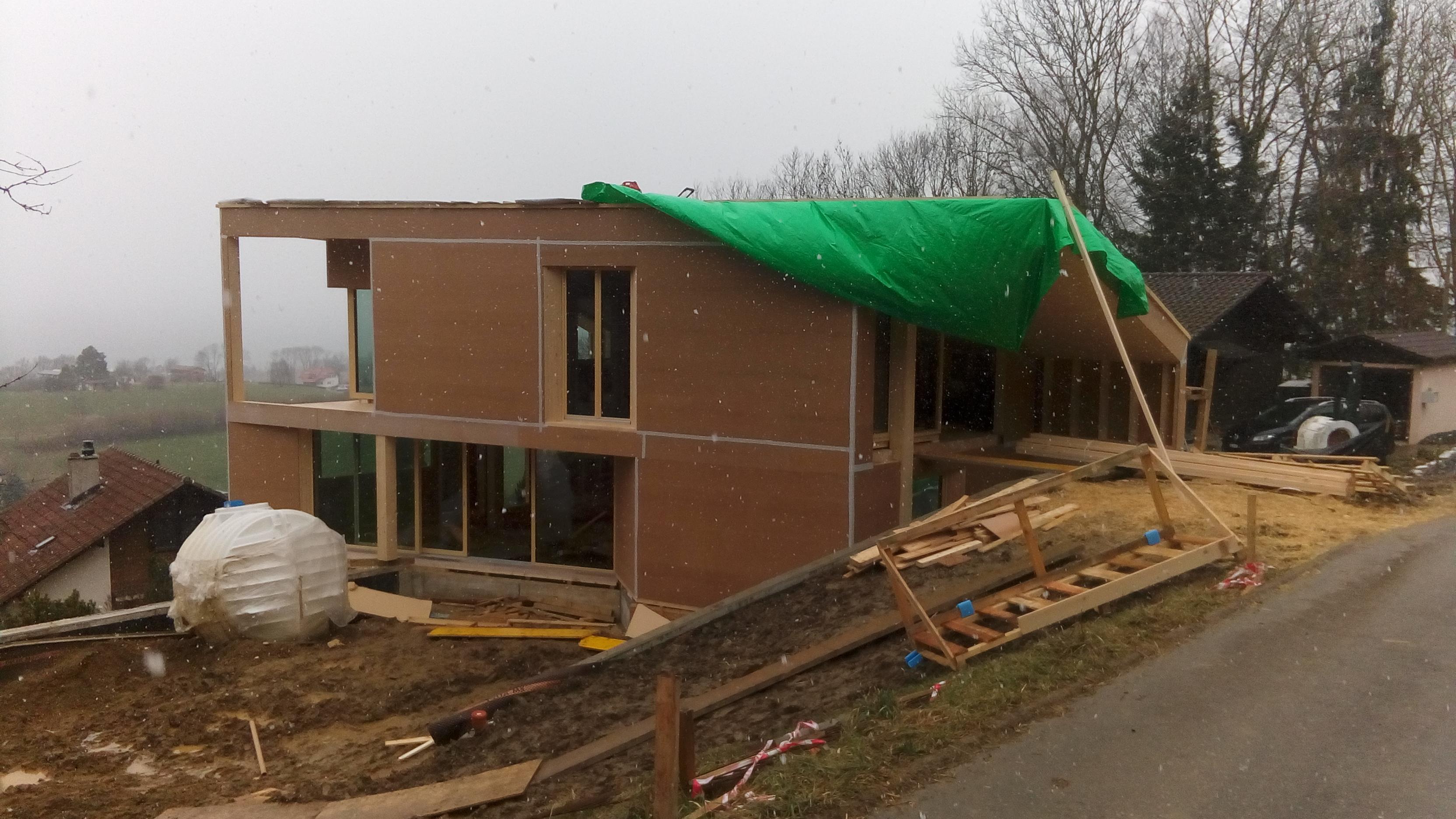 19.02 La maison est montée et bâchée après 5 jours de travail.  C'était moins une avant l'arrivée de la pluie le samedi.